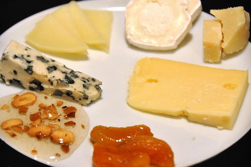 Roquefort, manchego, gedeost, parmesan, Prima Donna, syltet abrikos og honning med ristet hvidløg by cyclonebill, on Flick
